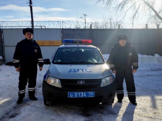 В Челябинской области полицейские спасли двух южноуральцев, замерзающих в поле