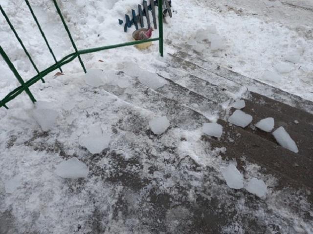 В Челябинской области на мать с ребенком едва не упала глыба льда