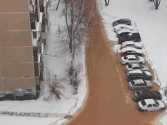 Коммунальная авария: южноуральские дворы затопило рыжей водой