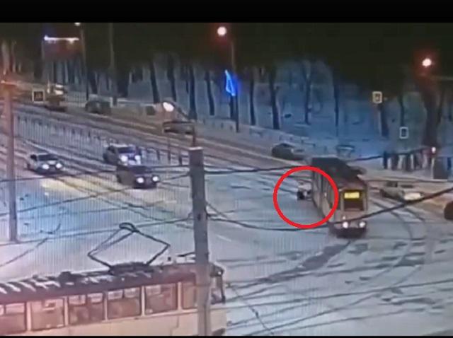 В Челябинске трамвай протащил по земле зажатого дверью пассажира