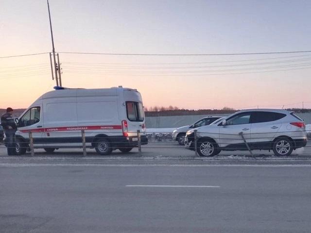 В Челябинске кроссовер протаранил тросовое ограждение