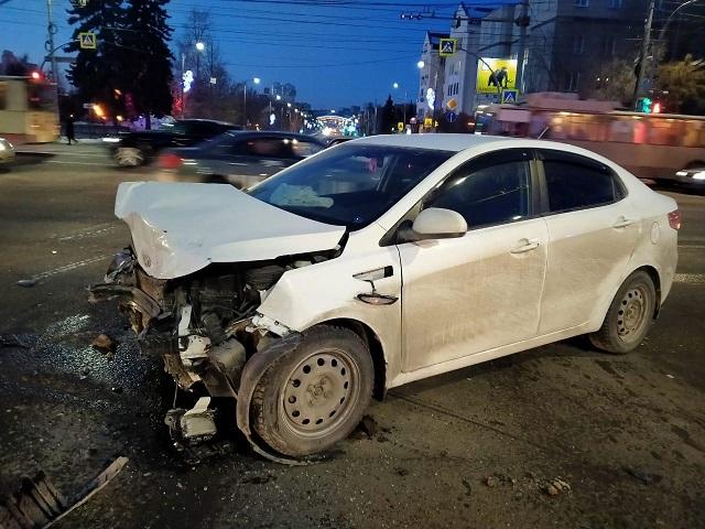 В Челябинске в ДТП пострадали молодой человек и женщина