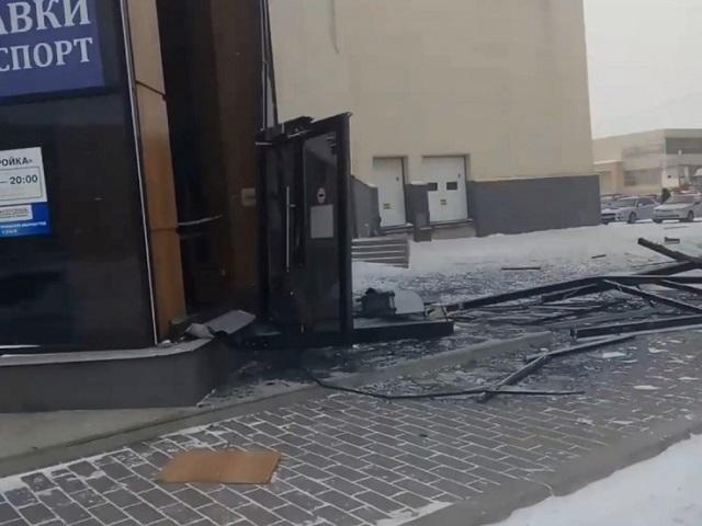 В Челябинской области шквалистый ветер снес входную группу торгового центра