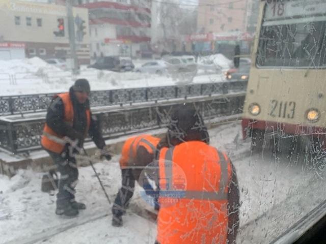 Челябинские трамваи оказались в снежном плену