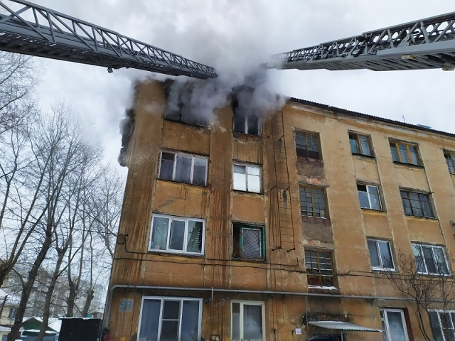 Южноуралец выпрыгнул из окна четвертого этажа, спасаясь от пожара в квартире