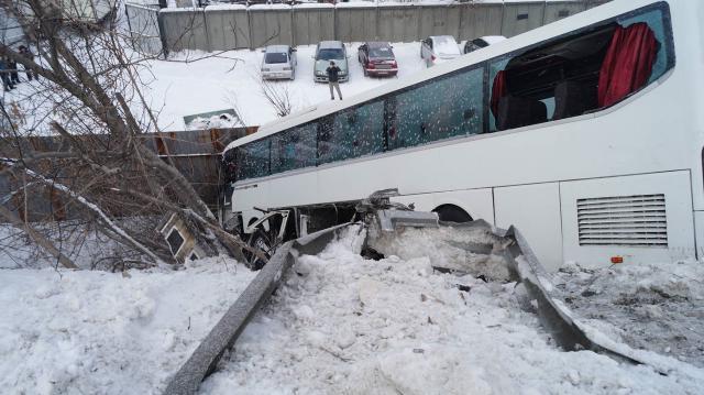 На Южном Урале рейсовый автобус столкнулся с трактором и вылетел с моста