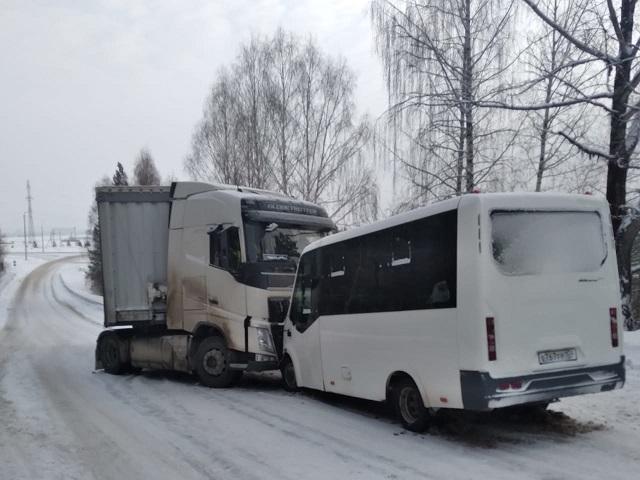 В Челябинской области автобус с пассажирами врезался в грузовик