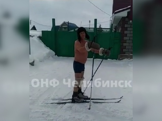 Закалка по-уральски: пенсионер катается на лыжах полуголым