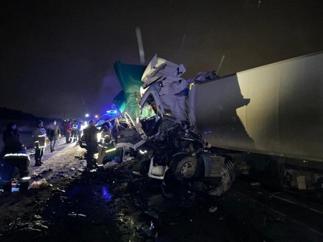На Южном Урале в страшной аварии с двумя грузовиками и автобусом погибли два человека
