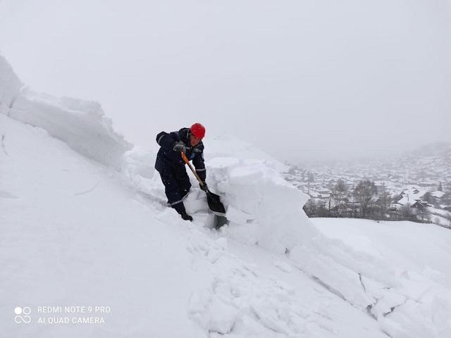 Южноуральские спасатели предотвратили сход снежной лавины на жилые дома