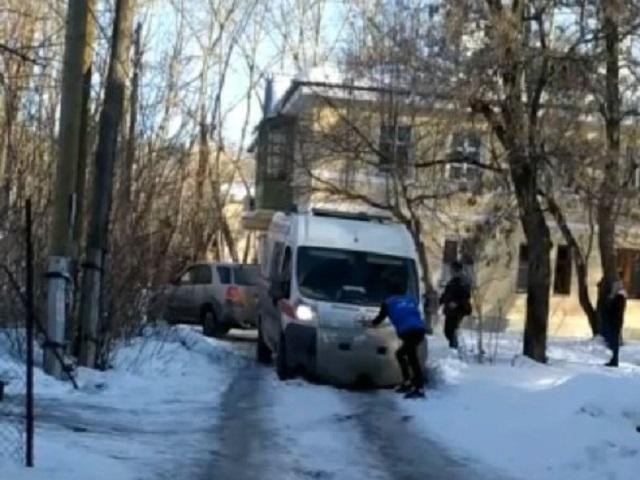 На Южном Урале скорая не смогла подъехать к дому пациентки из-за снега