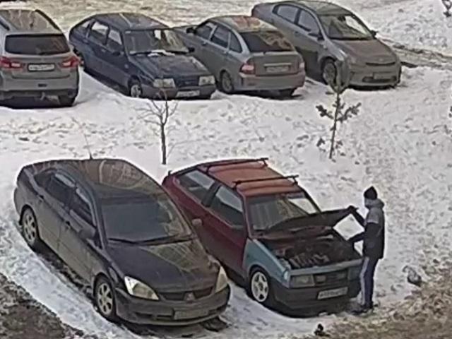 В Челябинске подростки среди бела дня похитили аккумуляторы из автомобилей