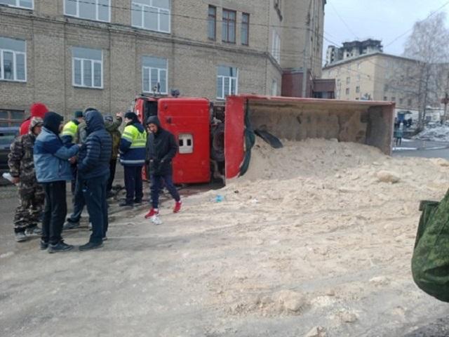 На Южном Урале грузовик с песком опрокинулся на дорогу