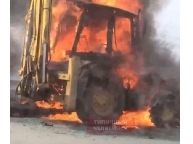 На Южном Урале посреди дороги загорелся трактор