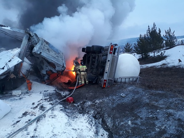 В Челябинской области фура с водителем сгорели после столкновения с молоковозом