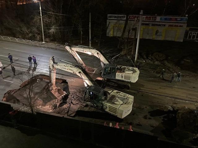 Челябинск продолжает уходить под землю: появился еще один провал на дороге