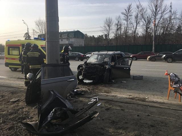 В Челябинской области водитель иномарки погиб после столкновения с уличным столбом