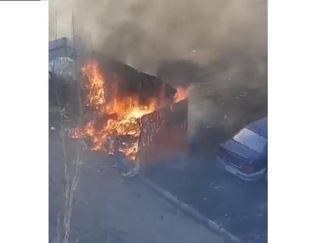 Неравнодушные южноуральцы спасли машину, припаркованную около вспыхнувшего мусора