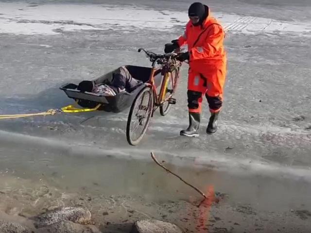 Южноуральские спасатели эвакуировали пенсионера, которого парализовало во время рыбалки