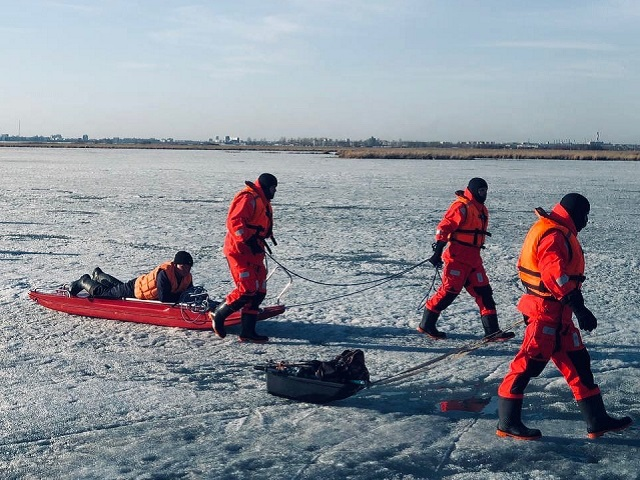 На Южном Урале чуть не погибли два рыбака, застрявших на озере