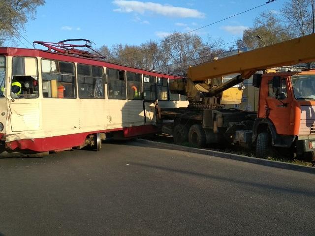 В Челябинске КамАЗ врезался в трамвай