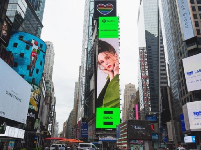 Уральская певица украсила рекламу на Таймс-сквер в Нью-Йорке