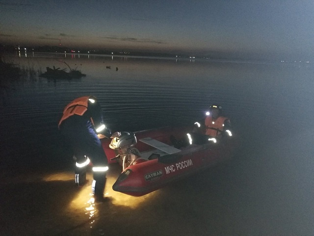 На Южном Урале двое детей застряли на плоту посередине озера