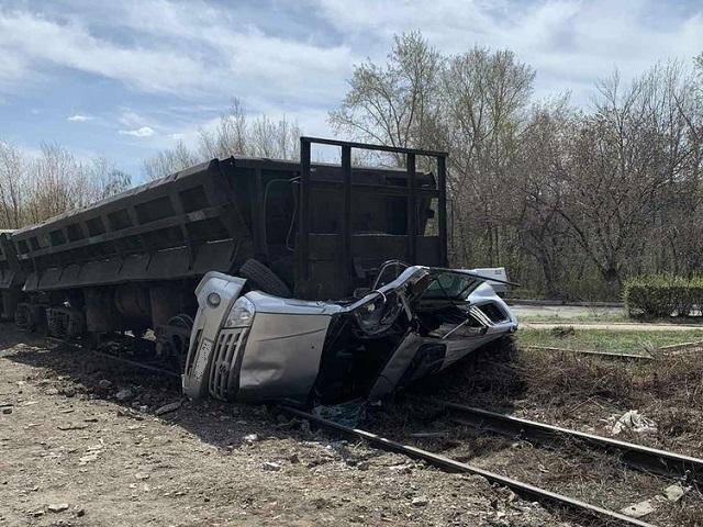 В Челябинской области грузовой поезд смял иномарку на переезде