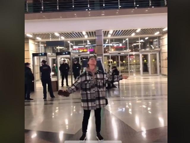 Челябинка проснулась популярной после того, как спела на вокзале