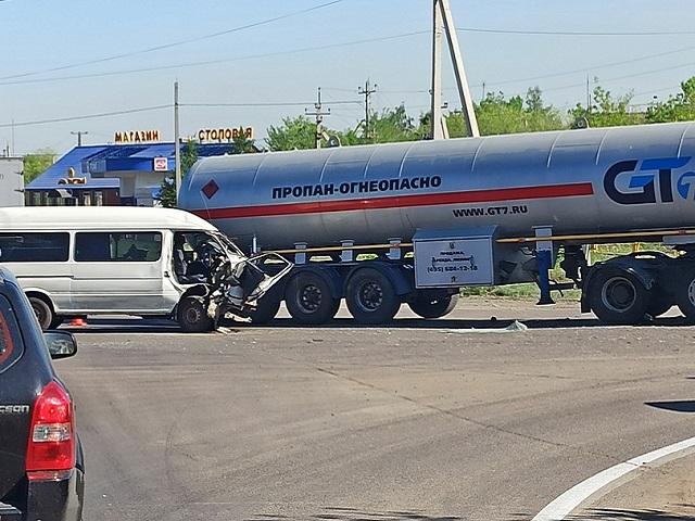 В Челябинской области минивэн протаранил газовоз