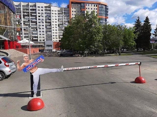 Легендарный чемпион ММА «завис» на шлагбауме в Челябинске