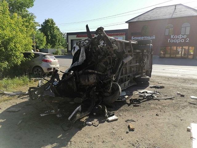 В Челябинской области в лобовом столкновении погиб водитель микроавтобуса