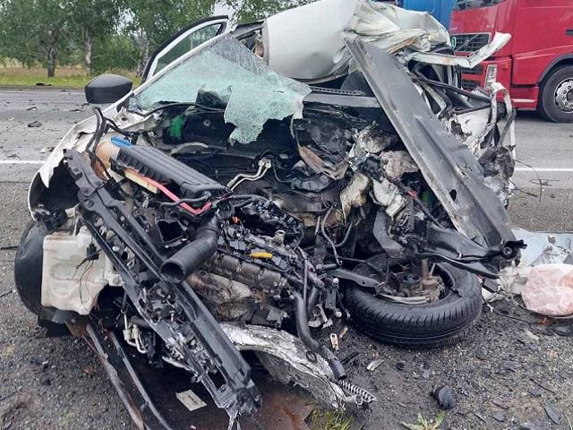 В Челябинской области после столкновения с фурой погиб водитель иномарки