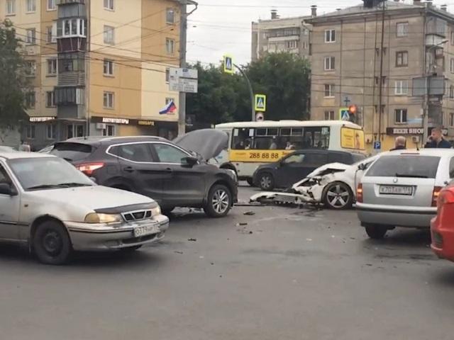 Погибла девушка: в Челябинске на оживленном перекрестке столкнулись пять машин
