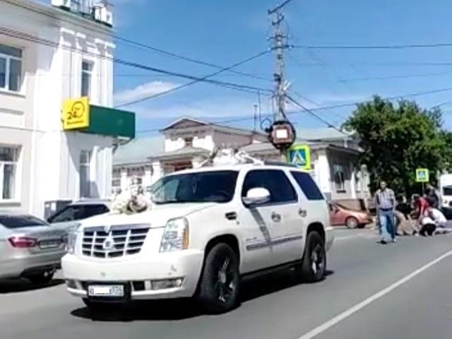 В Челябинской области свадебный кортеж сбил двух школьниц