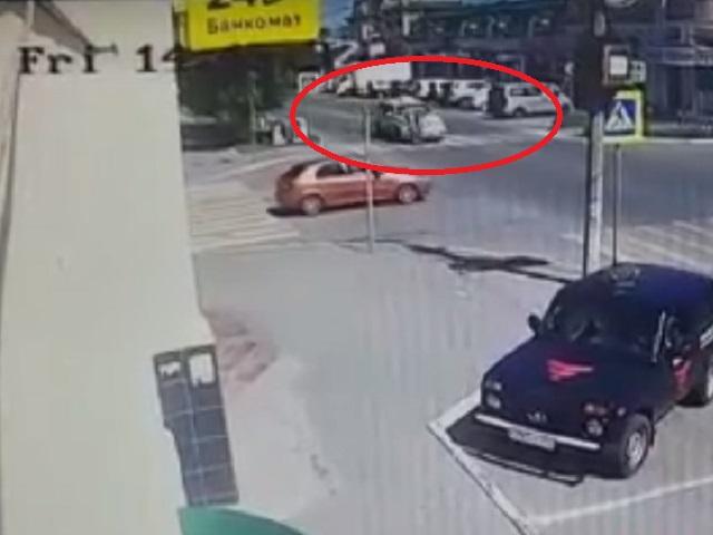 Момент наезда свадебного Cadillac на девочек в южноуральском городе попал на видео