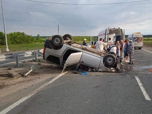 Врезался в отбойник: в Челябинской области в утреннем ДТП пострадали двое