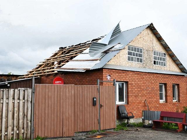 На Южном Урале ураганный ветер сорвал крыши с домов и повалил деревья