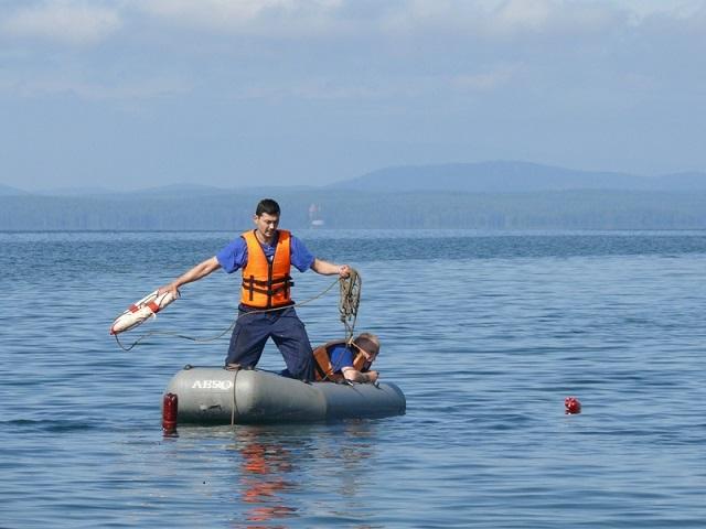 Хотел переплыть озеро: спасатели эвакуировали на берег южноуральца