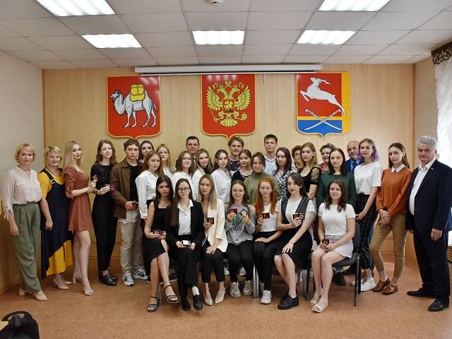 Глава Южноуральска вручил выпускникам золотые медали