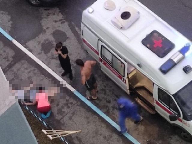 В Челябинской области под окнами многоэтажки найдено тело молодого человека