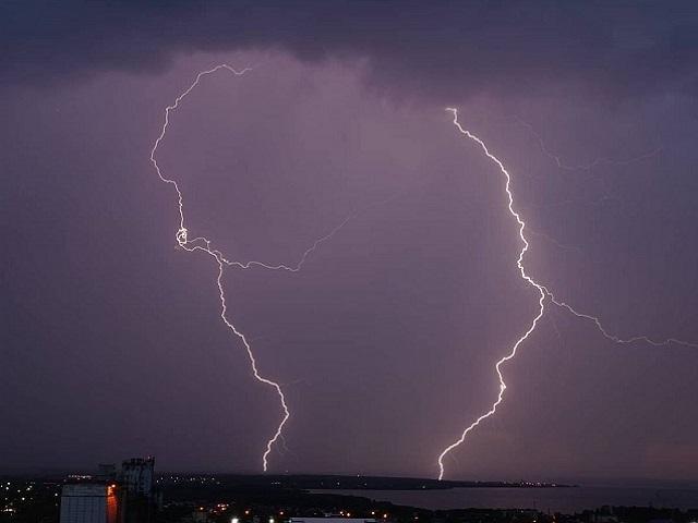 Молнии, ливни и ураган обрушились на Южный Урал
