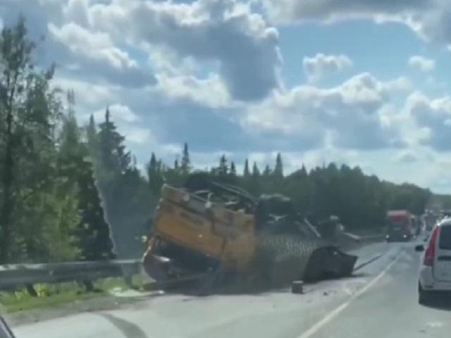 В Челябинской области КамАЗ перевернулся на трассе после  столкновения с легковушкой