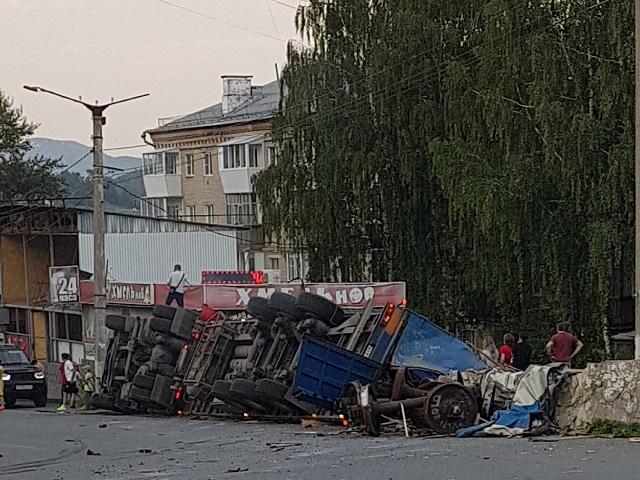 В Челябинской области перевернулась фура с железнодорожными колесами