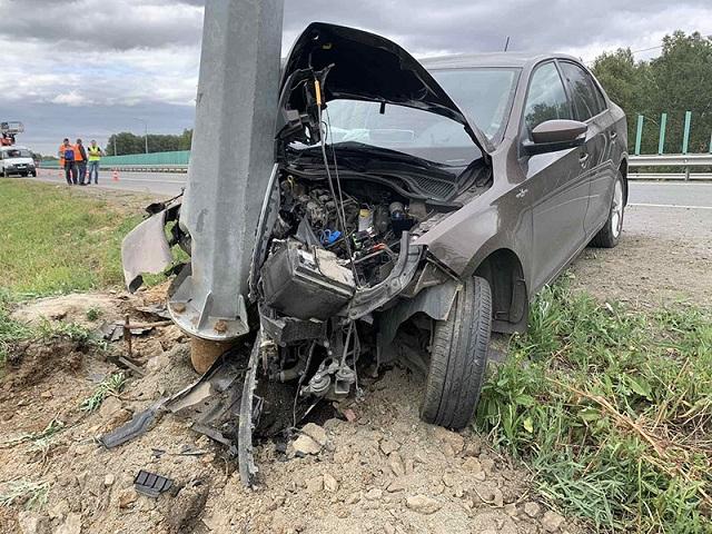 Пострадал ребенок: в Челябинской области автомобилистка врезалась в столб, уснув за рулем