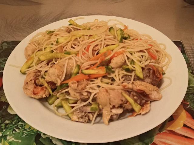 Блюдо в азиатском стиле: готовим фунчозу с курицей и овощами