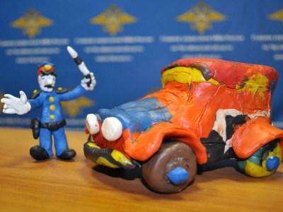 Постовой из глины: южноуральские дети делают куклу полицейского