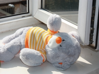 Двухлетний малыш выпал из окна в Троицке. Обошлось ссадинами и сотрясением мозга