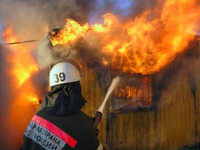 Огнеборцы Златоуста тушили метзавод и частный сектор