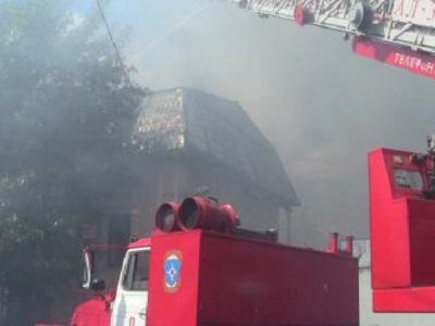 В Златоусте огонь уничтожил целый этаж здания и навредил соседям
